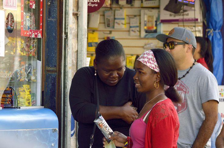 https://flic.kr/p/WCSaoB | Antofagasta022 | Madre e hija inmigrantes en paseo peatonal, calle Antonio Matta, Antofagasta, Chile. D5300.