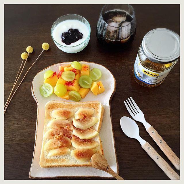 2016/09/03 10:25:35 poyoyorin 2016.09.03  おはようございます。 1人でゆっくり簡単朝ごはん。 いちじくのトースト🍞蜂蜜かけ🐝 もちろんバルミューダで焼きました♬ 残り物のネクタリンに激安だったシャインマスカットを添えて🎵 いちじく美味しい💓  #朝ごはん#お家ごはん#お一人様#いちじく#トースト#バルミューダ