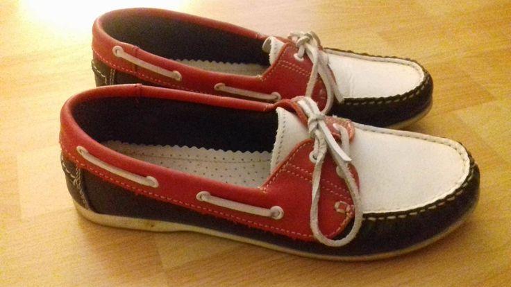 Chaussures bateaux Femmes Tamaris, jamais portées. Prix d'achat: 90 euros  Contactez la vendeuse !  Marque :  Produit : #Chaussures Taille : 39 L'email de la vendeuse : regnier.celine@outlook.fr Prix : 70 euros Le blog de la vendeuse :  Ville : Clermont Ferrand