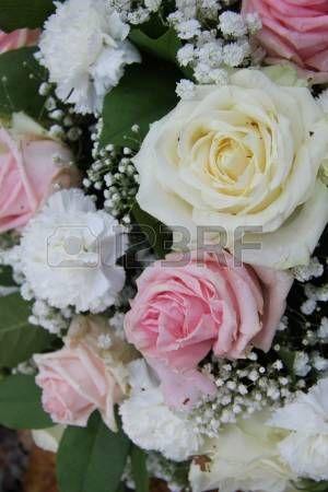 Arreglo de novia de flores, rosas y claveles de color rosa y blanco photo