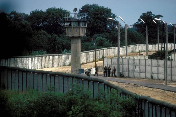 Berlin 1988 Die Mauer Mit Wachturm Und Todesstreifen Irgendwo In Berlin Spandau Auf Westlicher Seite Hatte Die Mauer Berliner Mauer Mauer Berlin Hauptstadt