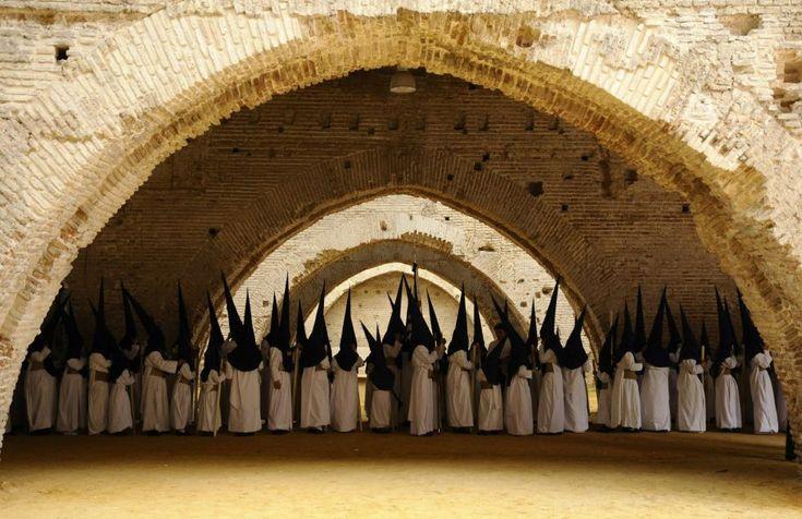 Miembros de la hermandad de las Aguas permanecen en las Reales Atarazanas de Sevilla, antes de la estación de penitencia que la cofradía ha llevado a cabo el Lunes Santo, 25 de marzo de 2013.