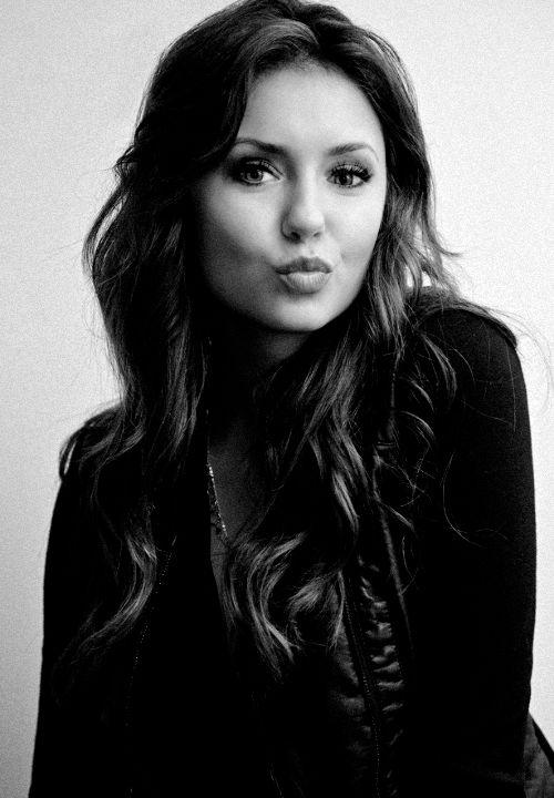 Devenu une idole Nina est très populaire dans le people