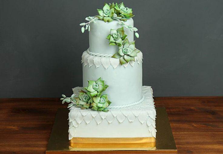 """Свадебный торт """"Изысканность суккулентов""""  Если суккуленты можно использовать в свадебном декоре, почему бы не украсить ими и свадебный торт? 🍀 Необычные и интересные цветы из сахарной мастики, выполненные по английской технике придадут торту, тот самый, оригинальный и неповторимый образ!  Наша команда с удовольствием поможет правильно и с изюминкой оформить ваш натуральный и вкусный праздничный торт!😉  Великолепный #свадебныйторт украсит ваше торжество, изготовление возможно от 2-х кг и…"""