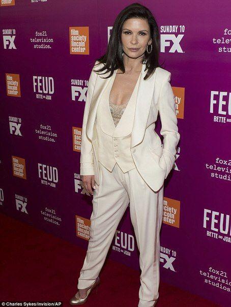 Кэтрин Зета-Джонс появилась на премьере в Нью-Йорке в соблазнительном костюме-тройке