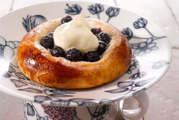 Herkulliset mustikkapullat maistuvat perheen ja ystävien seurassa maitolasillisen tai kahvikupposen kera. http://www.valio.fi/reseptit/mustikkapullat/ #resepti #ruoka