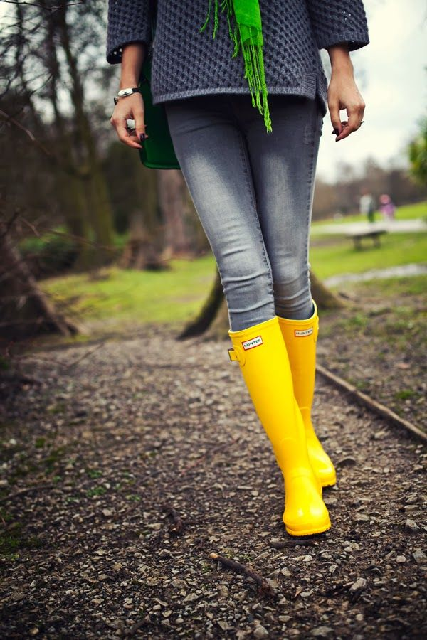Look of the Day: Yellow Hunter Boots. Grey and yellow. Fashion details