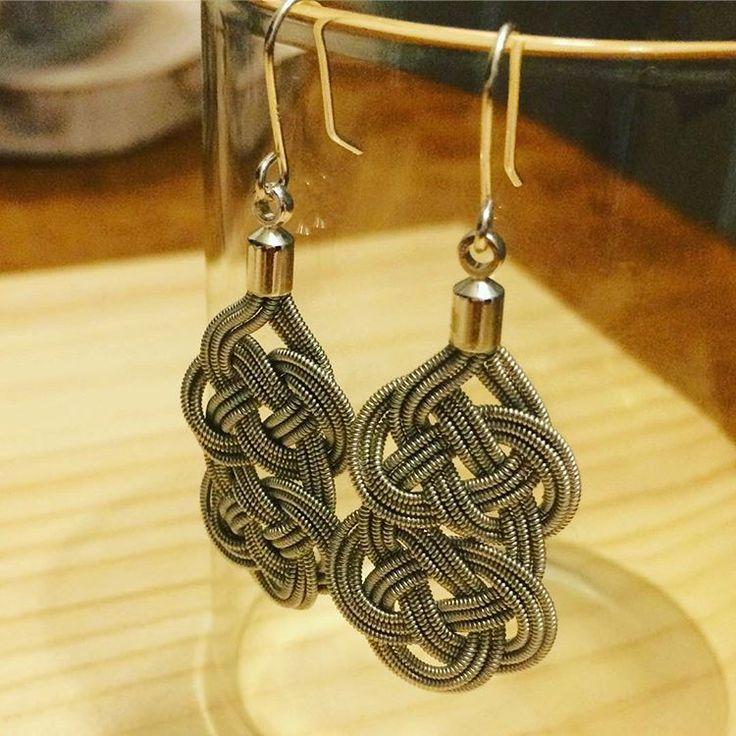 Duodjeに使われる錫糸を日本の水引の手法で編み込んだピアス。ご要望でイヤリングに変更する事も可能です。¥11,880<YOHEI NOGUCHI>