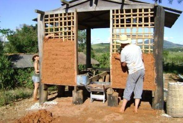 Vejam como são feitas as paredes de pau a pique, uma técnica de construção bem antiga e que era muito utilizada para construir casas em todo Brasil.