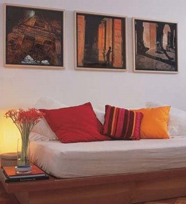 sofá palete, almofadas, colchão, luzinha