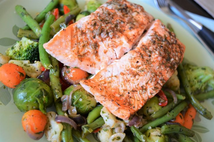 Easy and healthy dinner. Salmon with vegetables.