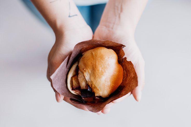 Belül lekvár-szerű, sűrű, igazi gyümölcs, pihe-puha kelt tésztával körítve, melynek teteje aranybarnára sült.