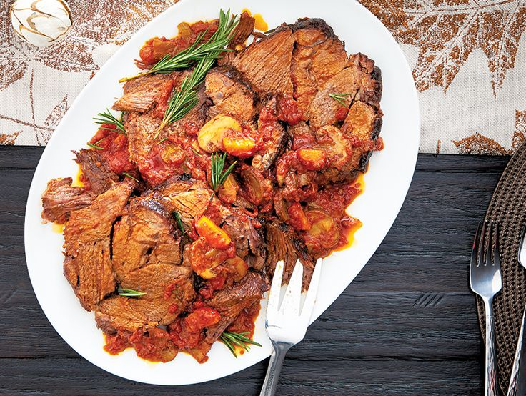 Bœuf braisé généreux en sauce Cuit lentement au four à la perfection, notre bœuf braisé en sauce prouve que la dinde n'est pas la seule à avoir sa place à l'Action de grâce.