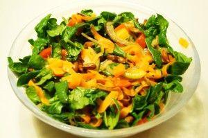 Varm salat med spinat, peberfrugt og mandler - sidste uges højdepunkt fra Aarstiderne