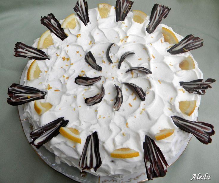Hozzávalók: Kakaós piskóta: 6 tojás,18 dkg cukor,13 dkg liszt,5 dkg kakaó,csipet só Krém: 25 dkg mascarpone, 10 dkg fehércsoki, 4 dl t...