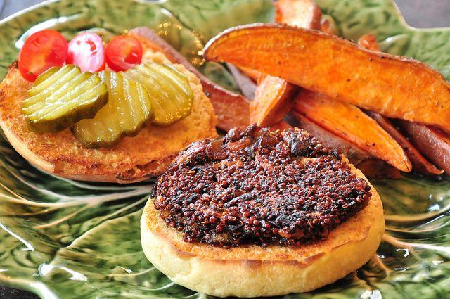 Look so good! Mushroom Quinoa BurgersSweet Potato Fries, Mushrooms Burgers, Veggies Burgers, Potatoes Ovens, Smoke Mushrooms, Quinoa Burgers, Sweets Potatoes Fries, Hickory Smok Mushrooms, Mushrooms Quinoa
