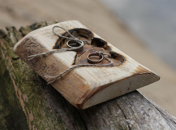 Rustikale Holz-Ring Träger Kissen mit zwei Herzen für rustikale Hochzeit von c…