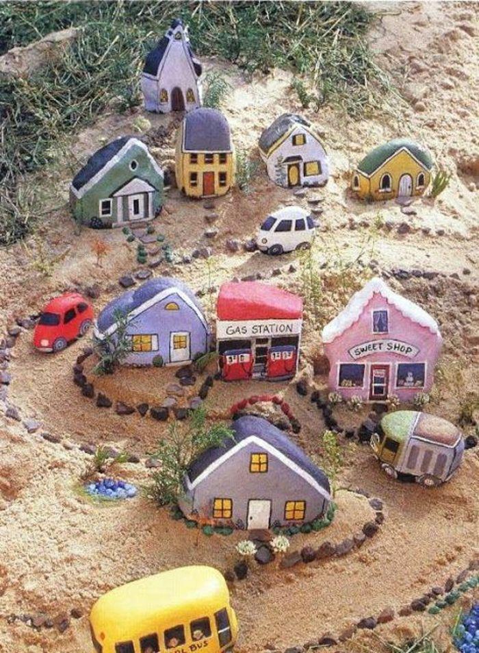 ganzes Dorf, gemacht aus bemalten dekorativen Steinen