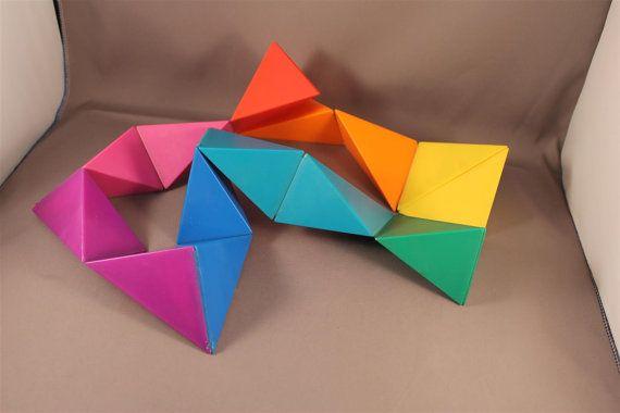 Sehr bunt und dekoratives 3D Puzzle Spiel Dreiecken Kette NAEF Memphis Ettore Sottsass Stil 80er Jahre