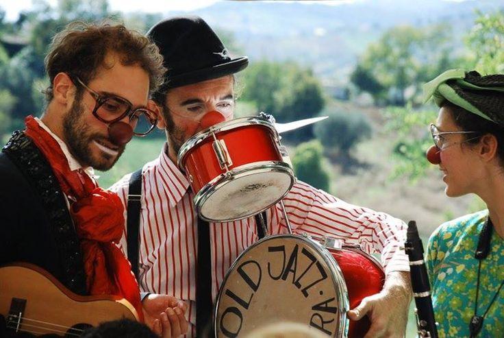 """A Carpineto Romano Busker Festival lasciatevi intrattenere da La Settimana Dopo con lo spettacolo """"Red Nose Band"""": tre clown musicisti che suoneranno e giocheranno con voi tra le strade della città!"""