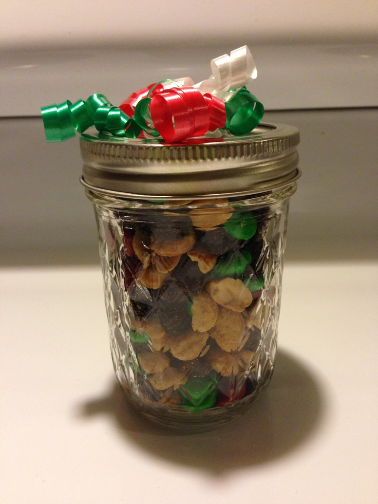 easy inexpensive christmas gift m peanut and raisin mix in a mason jar with a ribbon. Black Bedroom Furniture Sets. Home Design Ideas
