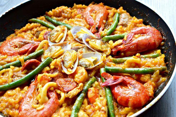 Paella tarifi için ihtiyacınız olan malzemeler bol bol deniz ürünleri ve sebzeler.