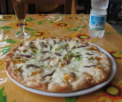 FIORI DI ZUCCA E ALICI di  Marco Ricciuti - Bazzano (AQ).  Dalle 36 alle 40 ore di lievitazione. Farina 00 e olio extravergine d'oliva. La farcitura prevede fiori di zucca, alici, mozzarella passita.   E' la ricetta con cui Marco Ricciuti, contitolare e pizzaiolo di VOGLIA DI PIZZA - S. S. 17, km. 41,700 Bazzano - L'Aquila - Tel. 086267604, ha vinto al Campionato di Pizza Tipica Abruzzese a Campo Imperatore il 5 giugno 2012. FONTE: http://www.guidapizzerieditalia.edikronos.it/