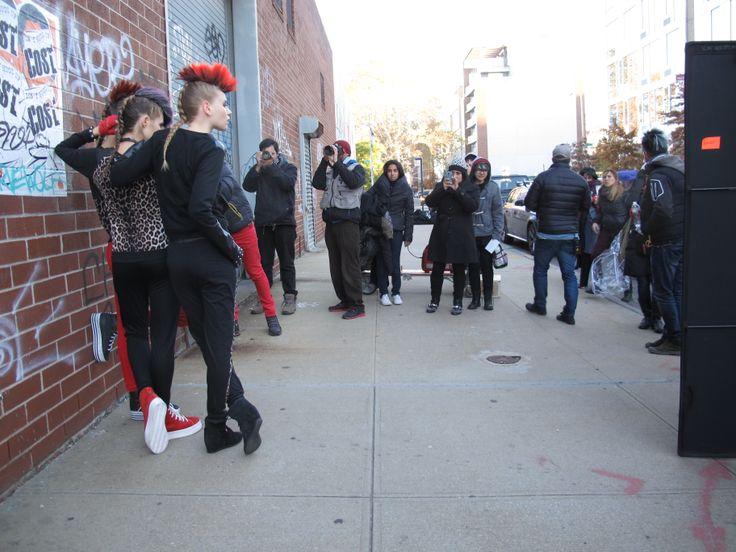 Por tomar las fotos del estilo Punk...