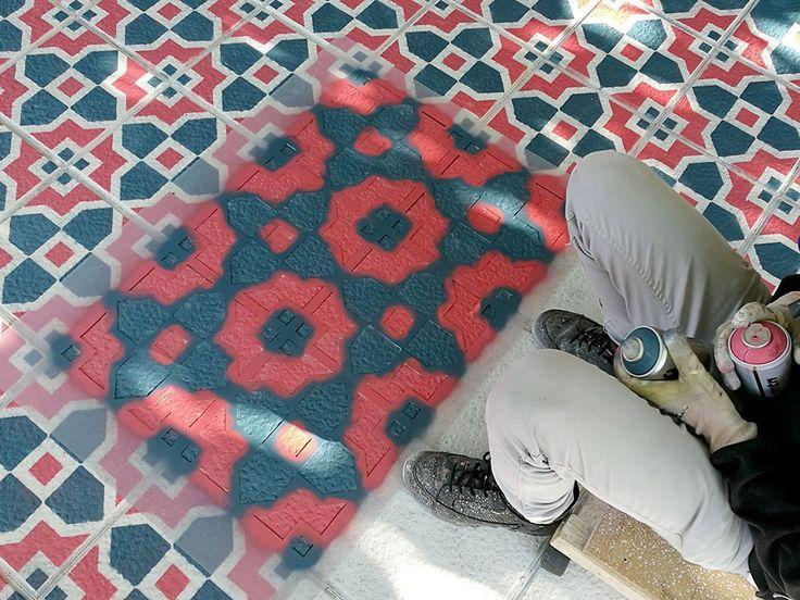 Πολύπλοκα μοτίβα με στένσιλ θυμίζουν παραδοσιακό πλακόστρωτο