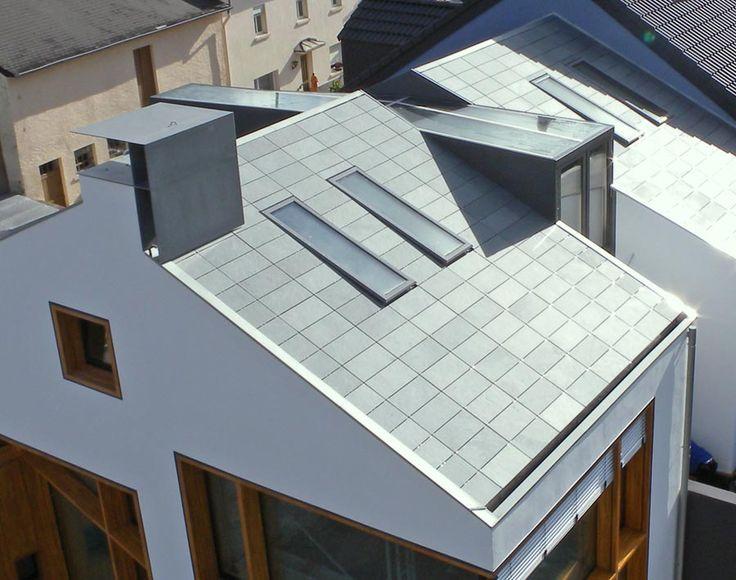 """Der Wunsch vieler Architekten nach einem glatten Dach """"ohne Schuppen"""" ist so alt wie der gerade Strich beim Entwerfen. Mit der Symmetrischen Deckung bietet Rathscheck Schiefer eine Lösung, die diesem Ideal sehr nahe kommt."""