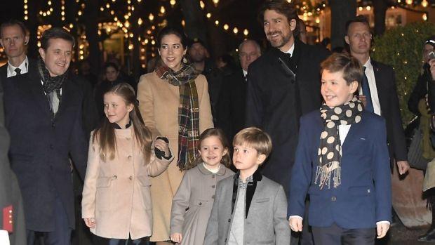 Med strålende smil ankom kronprinsparret sammen med deres fire børn, prins Christian, prinsesse Isabella og tvillingerne, prins Vincent og prinsesse Josephine til Tivoli.