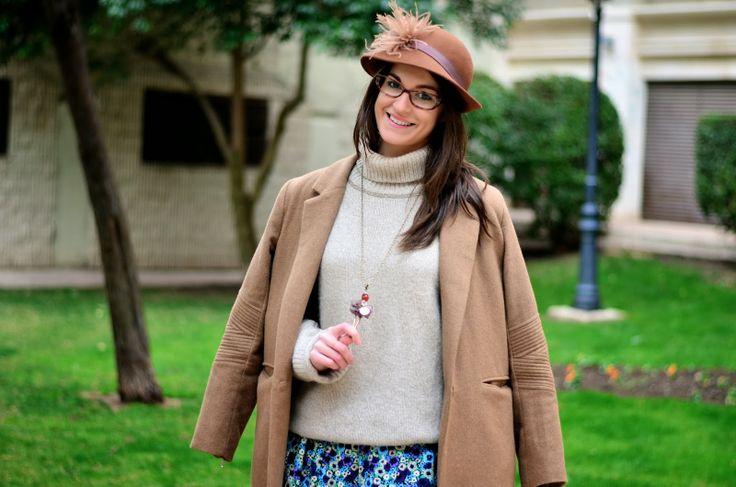 Look por capas con abrigo marrón y sombrero vintage