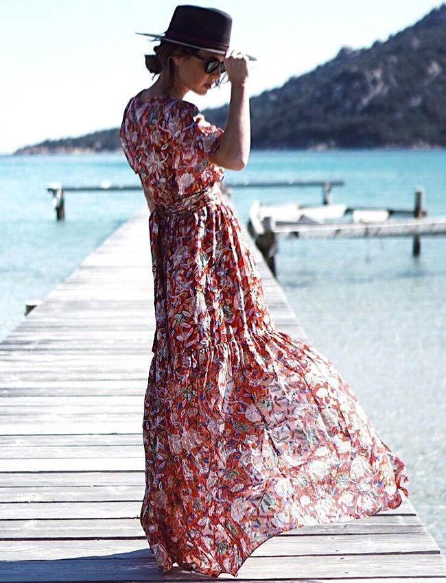 Pour accompagner une longue robe estivale, on pense fedora plutôt que capeline (robe Ba&sh - photo Natamelie)