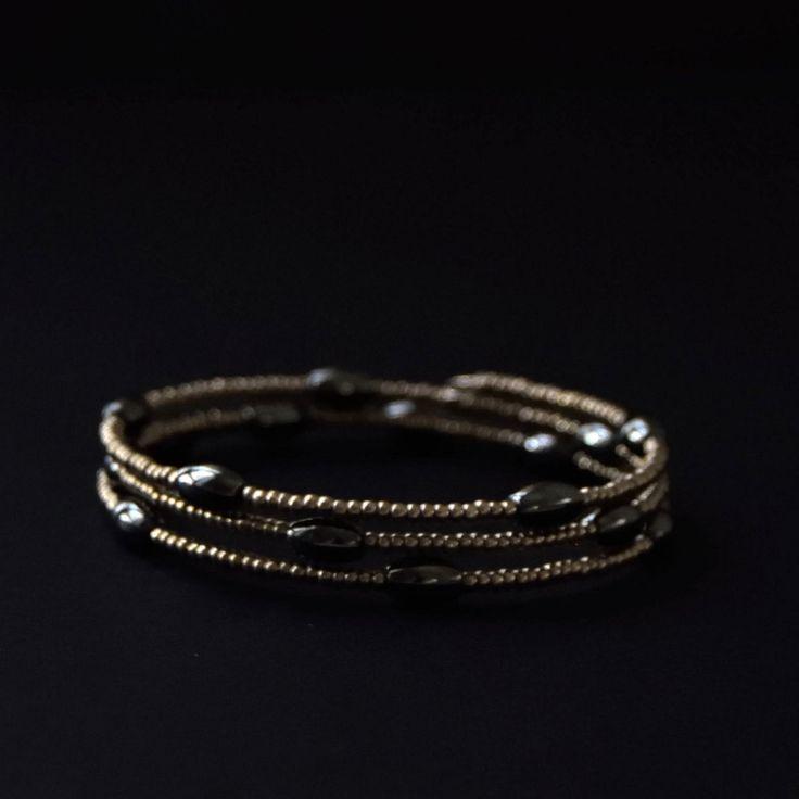 Bracciale memory wire, perline, ematite, multi giri, bracciale a molla, regalo per lei, gioielli estivi, bracciale nero, taglia unica di NellaBorsadiMaryPopp su Etsy