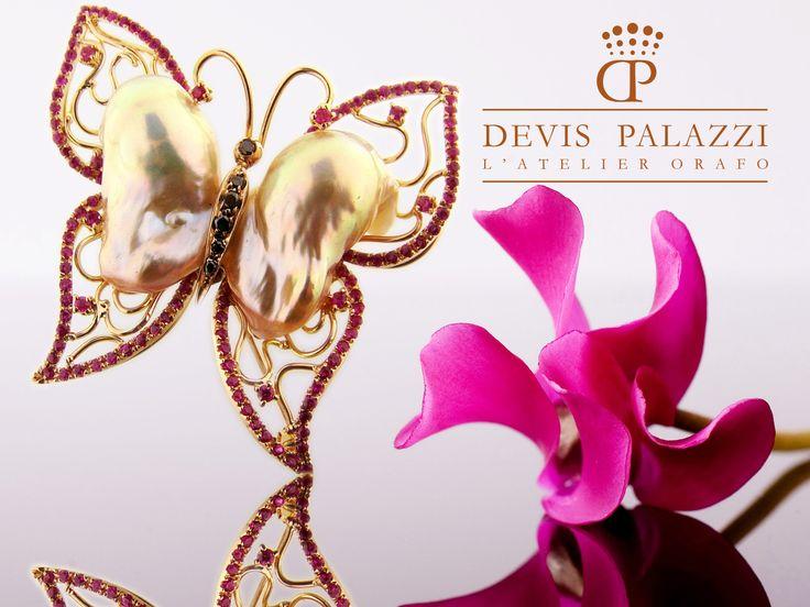 Ciondolo in oro rosa, perla d'acqua dolce, rubini e diamanti neri