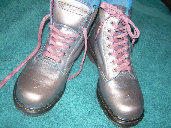 Zodra deze laarzen blauw, met Roze boordje waren, en vervolgens een gekke fee hen met zilver verf gespoten.  Gemaakt in Engeland terug in de dag, deze Dr Martens laarzen hebben een wrijven af effect - de blauwe kleur ten grondslag liggen aan het zilver heeft een eenmalige paar Docs - voorwaarde is goede gebruikte vintage conditie, hebben zij een weinig slijtage, en hoewel er kleine Stanleymes in de verwachte plaatsen, er zijn geen bezuinigingen of schade. Aan de achterkant, de originele…