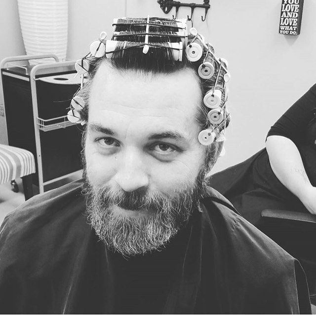 #manperm #rollers# #mise_en_pli #permsformen #menwithperms #perms #permanente #bigoudis #hair #cheveuxhomme #barbe #beard #coiffeur #hommecheveuxlong #hommebarbu #pogonophile #fetishhair #hairfetishism #afro #menwithafros #hairspray #elnett #rollersetformen #hairset