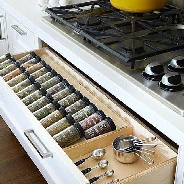 Uns sonham com closet outros com uma gaveta para temperos como essa !! Que tal ?! Eu amei