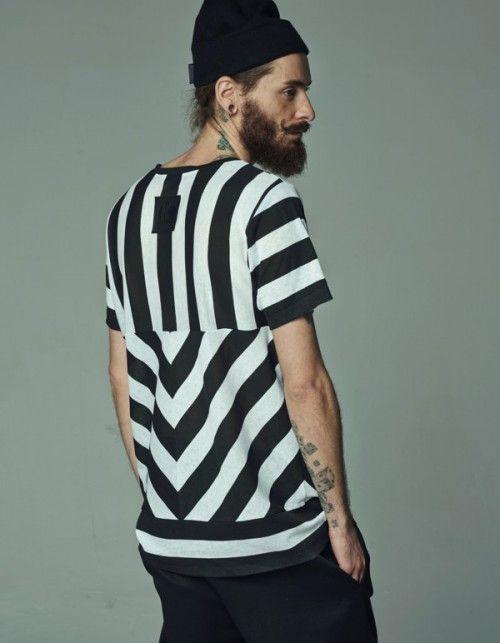 T-shirt z bawełny 100% w czarno-białe pasy. Posiada cięcia z przodu i z tyłu dzięki czemu pasy tworzą ciekawy wzór. Na plecach metka KAS KRYST ze sztucznej skóry.  Należy prać w 30 stopniach.