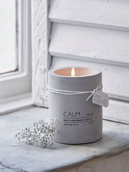 Add a touch of industrial chic with a Scandi accent with this on-trend concrete aromatherapy candle. Perfect for any room in your home.