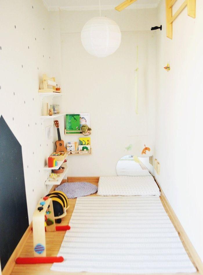 Amenager Une Chambre En Longueur, Rangement Chambre Montessorienne Avec  Matelas Tapis D éveil Et Etageres