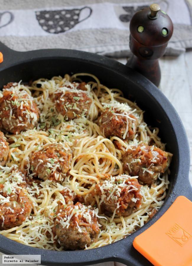 La receta americana de espaguetis con albóndigas o spaghetti meatballs es una peculiar receta de la cultura italoamericana en la que son protagoni...