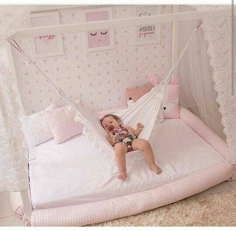 Schwingen Sie Modelle in Haus zu den Babys