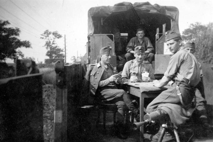 Bevagonírozott Krupp Kfz. 70 (Protze) teherautó és tüzérségi vontató.