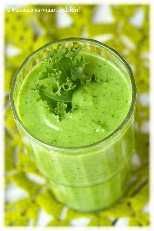 Kauniin vihreä smoothie menee terveellisenä välipalana tai antaa aamulla puhtia päivään. Vihreän värinsä smoothie saa lehtikaalista ja av...