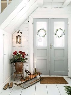 Inne i salen knastrar det hemtrevligt från kakelugnen. Handstöpta stearinljus, nejlikedekorerade apelsiner, gran och hyacint sprider dofter av jul. Rummet är vackert julpyntat i gammaldags stil med dekorationer från förr. Hela rummet andas 1800-tal. Stol och skidor är andrahandsfynd. Kroklisten fanns i Amandas föräldrars hus och är från sent 1800-tal. I salen skymtar Thonets klassiska gungstol.
