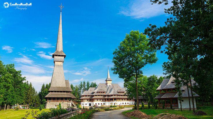 Biserica de lemn a Mănăstirii Săpânța-Peri; înălţimea totală este de 78 m, cea mai înaltă biserică de lemn din lume.