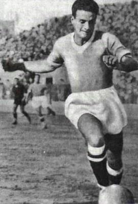 Il primo idolo dei tifosi il paraguayano (oriundo italiano) Attila Sallustro giocò con gli azzurri dal 1926 al 1937 con 280 presenze e 108 goal con la maglia del Napoli