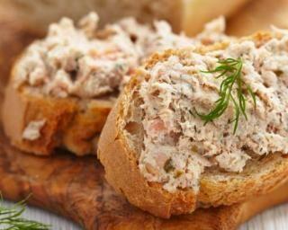 Rillettes minceur aux restes de poulet rôti : http://www.fourchette-et-bikini.fr/recettes/recettes-minceur/rillettes-minceur-aux-restes-de-poulet-roti.html