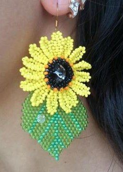 Sunflower Earrings - (translate)  Long tute for petals and leaf.  Link to MC for rivoli center.   #Seed #Bead #Tutorial: